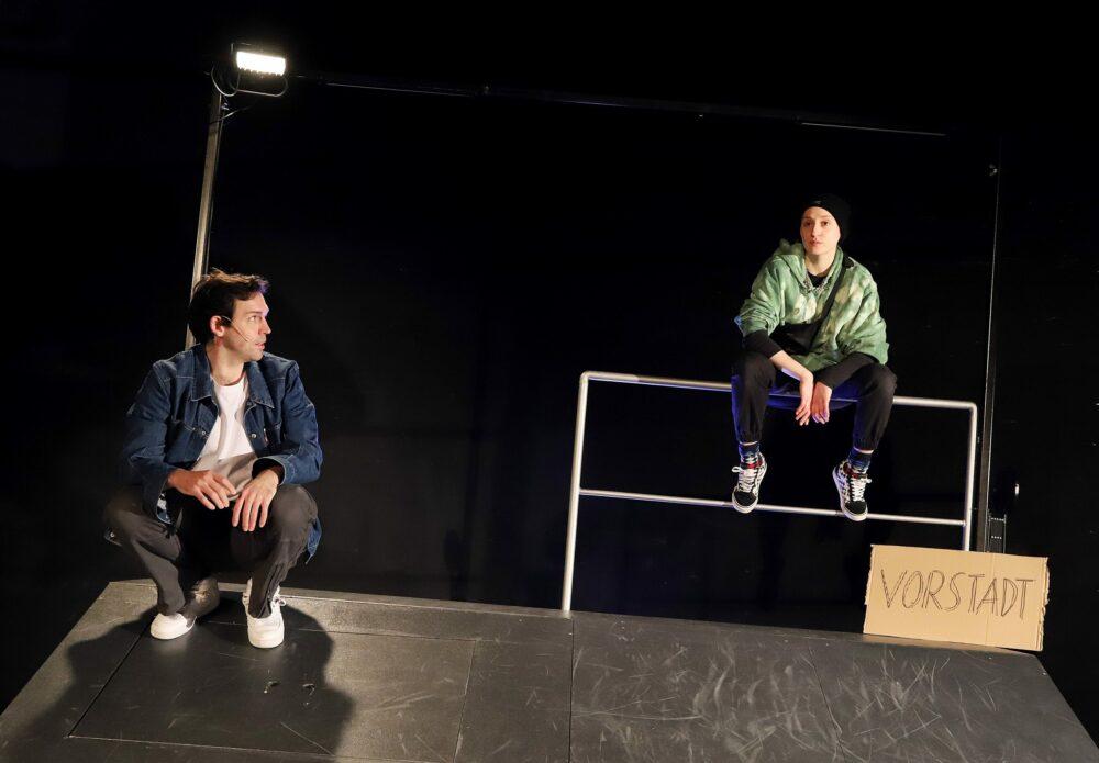 Tom Gerngroß (links) und Antonia Dreeßen (rechts) | Inszenierung: Frances van Boeckel, Burghofbühne Dinslaken. Fotograf: Martin Büttner