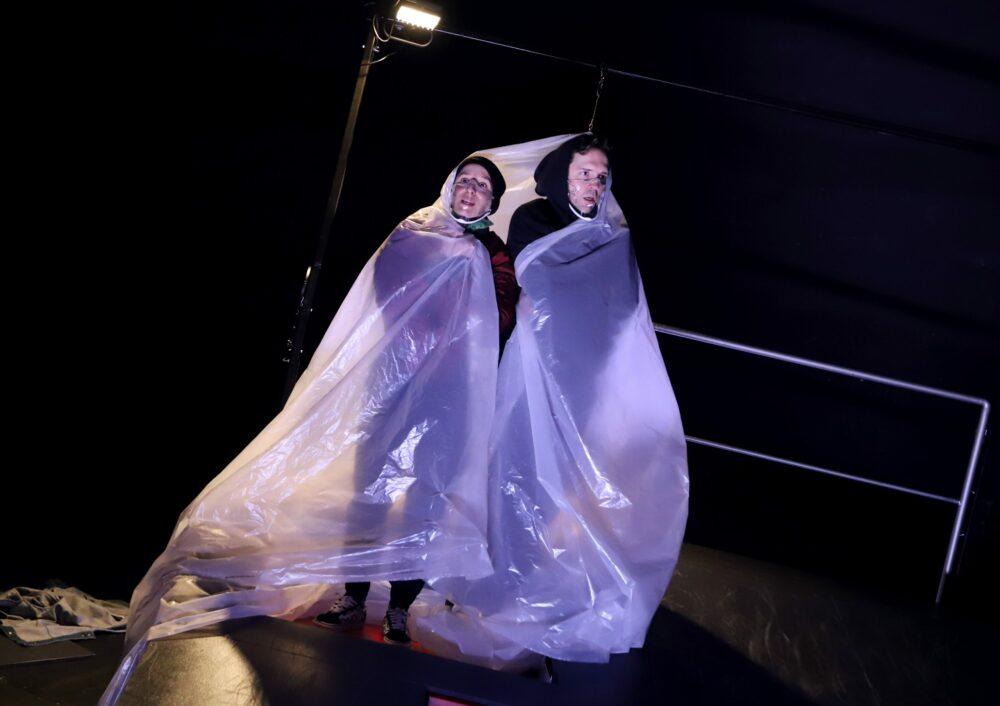 Antonia Dreeßen (links) und Tom Gerngroß (rechts) | Inszenierung: Frances van Boeckel, Burghofbühne Dinslaken. Fotograf: Martin Büttner